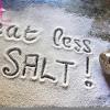 Vì sao nên giảm lượng muối ăn trong bữa ăn hằng ngày?