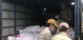 Xuất kho 1800kg đá muối trải sàn và đá hoàng thổ đi công trình Quảng Bình